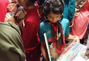 کودکان در حال نگاه کردن به کتابها در کتابخانه با من بخوان / با من بخوان در بنیاد کودک - شهریور 94