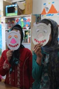 کودکان در حال ساخت ماسک شخصیتهای کتاب - با من بخوان در قائنات/خراسان - شهریور 94