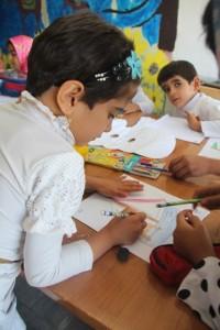 کودکان در حال نقاشی صحنههای کتاب - با من بخوان در قائنات/خراسان - شهریور 94