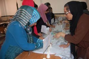 مربیان در حال یادگیری توالی رخدادها در کارگاه عناصر داستان - با من بخوان در اوز/فارس - مهر 94