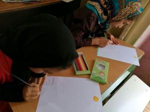 Children drawing book scenes - Read with Me in Ava-ye-Mandegar, Tehran - July 2016