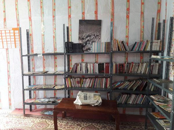 چیدمان کودکمحور کتابها در سالن اصلی کتابخانه