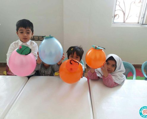 ۱۳۹۶/۷/۱۶روز جهانی کودک . مهد کودک. خانه حمایتی آموزشی محمودآباد امروز در کلاس مهد کودک همراه بچهها درباره تفاوتها و... صحبت کردیم . و اینکه امروز روز جهانی کودک و روز شما گلهای عزیز است. این روز در تمام جهان به نام شما عزیزان نام گذاری شده است . که یکی از بچهها گفت یعنی امروز عید هستش؟ همراه بچهها کاردستی درست کردیم و آن را به خود بچهها هدیه دادیم. که خیلی خوشحال بودند و موزیک روز جهانی کودک را گوش دادند . فعایت انجام شده، درست کردن عروسک کاغذی و باد کردن مقوا هدف از فعالیت انجام شده: بچهها بدانند که ۱۶ مهر روز کودک هست، بچهها خیلی مهم و برای همه اهمیت دارند و اینکه کودکان هیچ فرقی با هم ندارند و هماهنگی چشم و دست، مهارت دست ورزی . وسایل مورد نیاز: بادکنک، قیچی، چسب، نخ، مدادشمعی، مقوا مربیها: انگوری و ایشانی