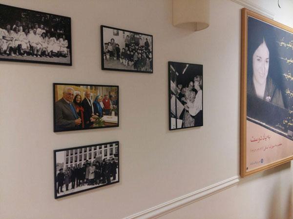 تصاویر آویخته بر دیوار خانه «با من بخوان» و آموزش خلاق خانواده مافی