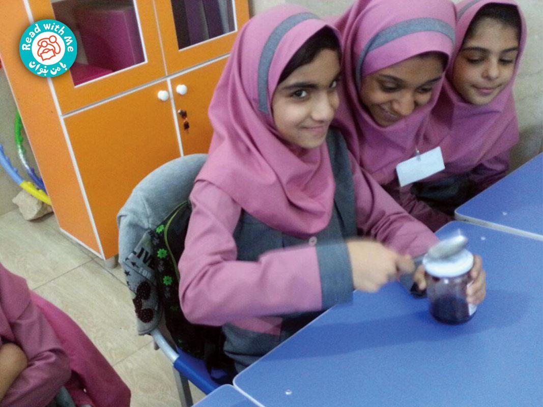 معلم به بچهها یک شیشه مربا نشان داد و از آنها پرسید راه حلشان برای باز کردن آن چیست.