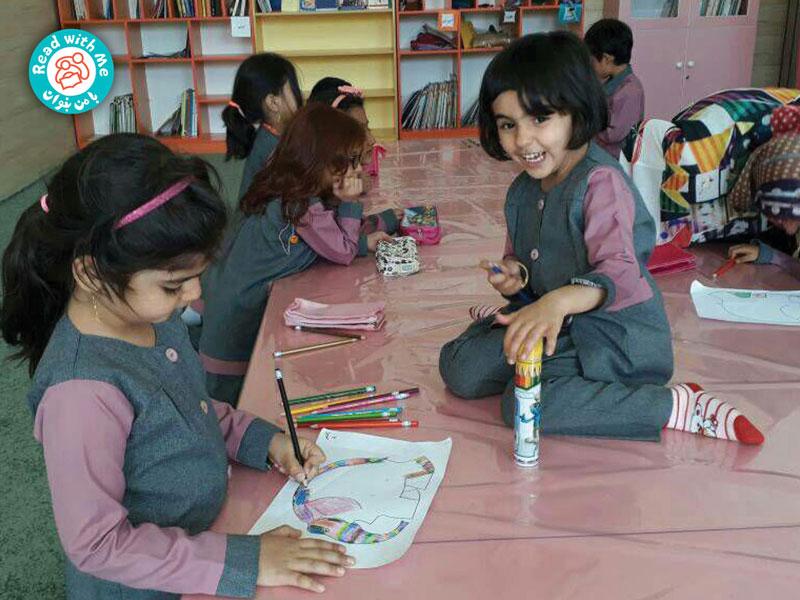 در آخر الگوی یک فیل به بچهها دادم تا آن را مانند المر رنگآمیزی کنند.