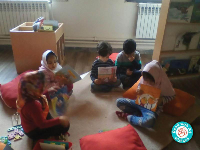 کودکان جلد کتابها را تصویرخوانی میکنند.