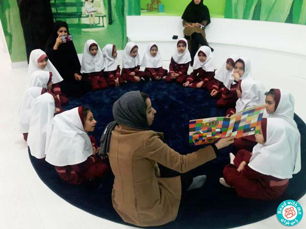 بازدید گروهی دانشآموزان از کتابخانه