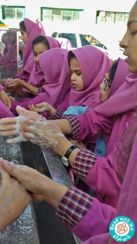 بلندخوانی کتاب «چرا باید دستهایم را بشویم، وقتی کثیف نیستند»، محمودآباد، دی 96