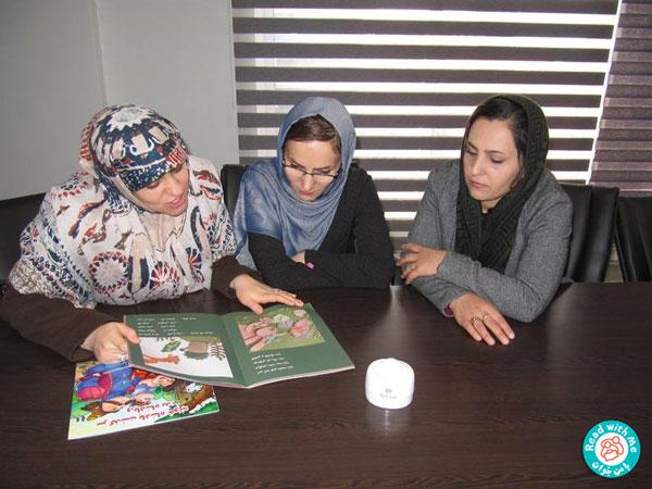 مادران همراه کودکان و همسرانشان به کارخانه آمدند و در کارگاه حاضر شدند. مادرها در سالن کنفرانس و کودکان به همراه پدرانشان در سالن ناهارخوری جای گرفتند. با هدف سرگرم کردن کودکان به آنها الگوهایی برای تهیه ماسک و ابزاری برای رنگآمیزی داده شد تا با کمک پدرانشان این فعالیتها انجام دهند. پیش از آغاز کارگاه، تا زمان حضور همه مادران، آموزشگر دیدگاههای آنان را درباره کتابخانه کارخانه و همچنین تاثیر کتابخوانی بر کودکانشان پرسید. همه آنها بر این عقیده بودند که کتابخانه برای بچهها و خانوادهها بسیار مفید بوده است. سپس، تاثیر کتابخوانی را بر فرزندان خود، بهویژه کودکان خردسال مثبت ارزیابی کردند و یادآور شدند استفاده کودکان درگروههای سنی گوناگون، در تابستان از کتابخانه بسیار چشمگیر و قابل توجه بوده است.
