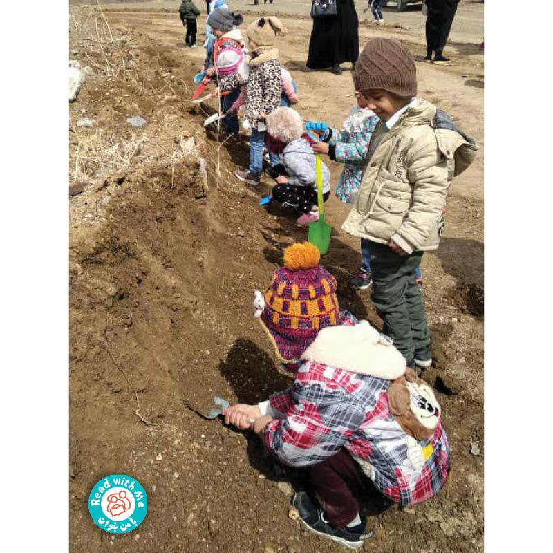 کتابداران و کودکان کتابخانه صدرالواعظین در روز درختکاری به دل طبیعت رفتند