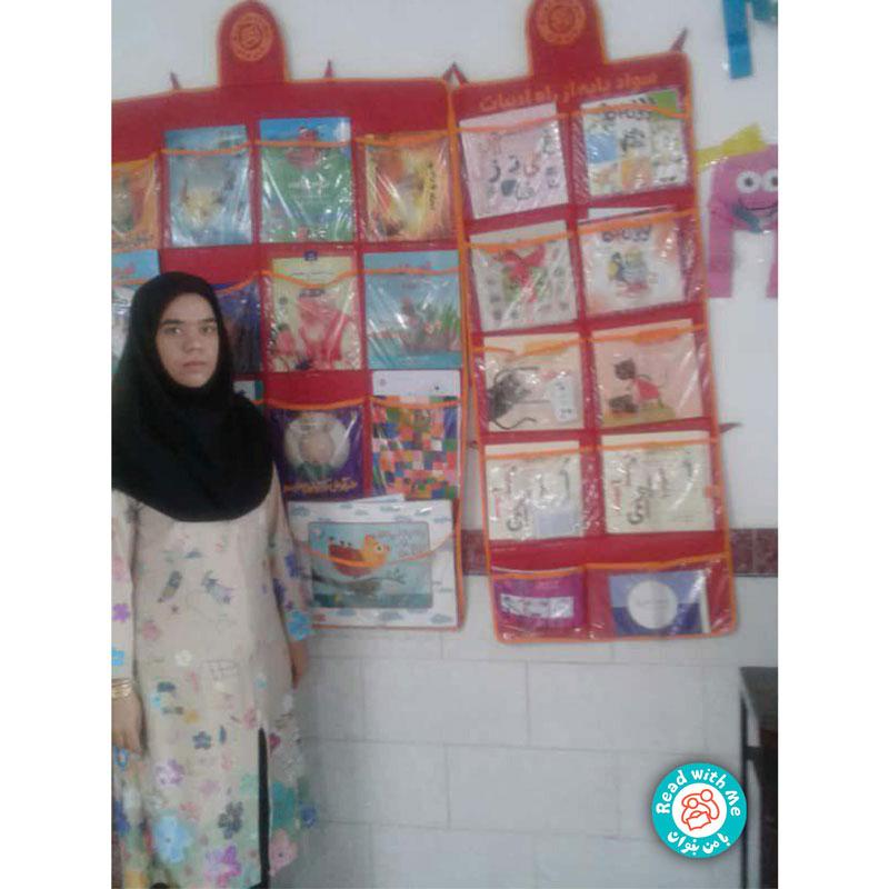 مربی خلاق با من بخوان با لباسی از نقاشی کودکان به کلاس میآید