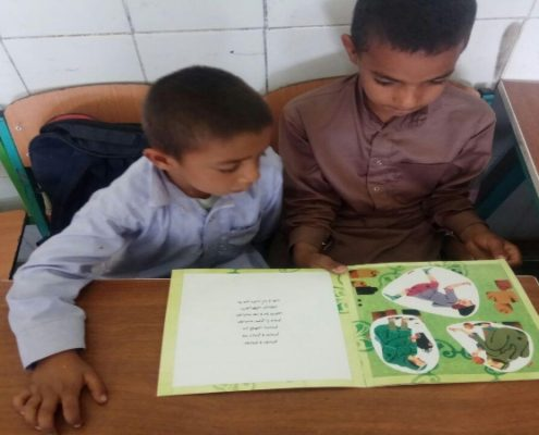 امانت کتاب به کودکان از کتابخانهکلاسی ، سراوان، اسفند 96