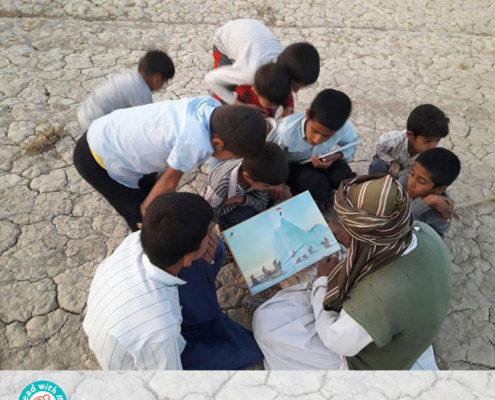 کودکان به همراه مرد چوپان به سفر در دنیای کتاب میروند